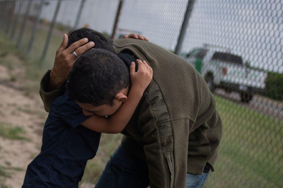 Un enfant et son père après leur entrée illégale aux Etats-Unis. [Adrees Latif - Reuters]