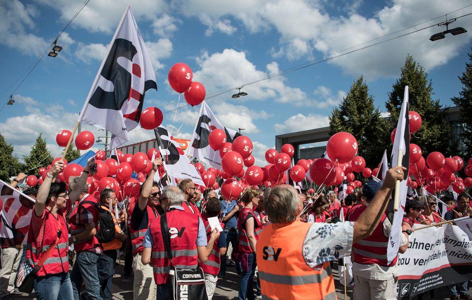 Les manifestants à Berne ont lâché des ballons en guise de protestation. [Peter Schneider - Keystone]
