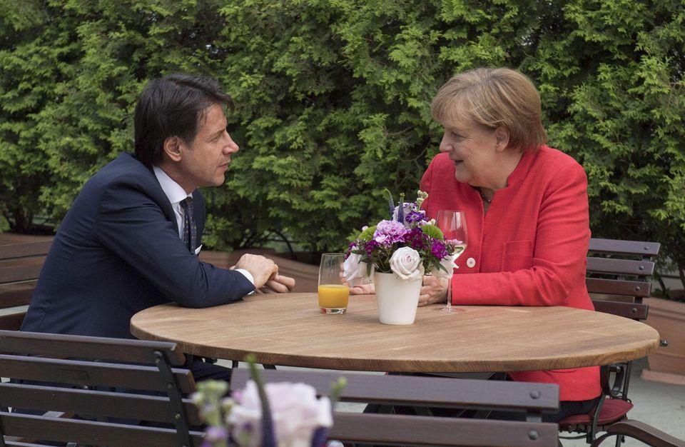 Le président du Conseil italien Giuseppe Conte et la chancelière allemande Angela Merkel lors de leur rencontre lundi. [EPA/Keystone]