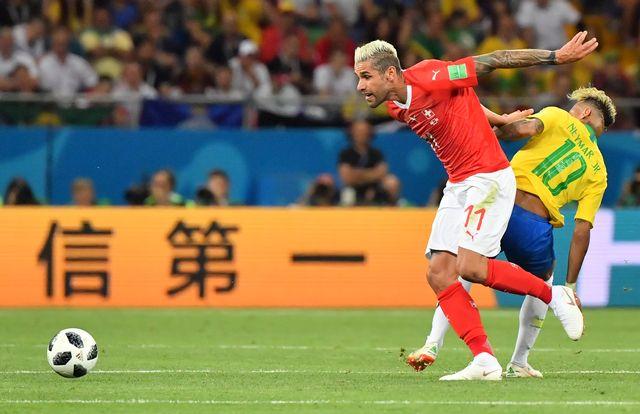 Duel entre Valon Behrami et Neymar dimanche lors de Brésil - Suisse. [Pascal Guyot - AFP]
