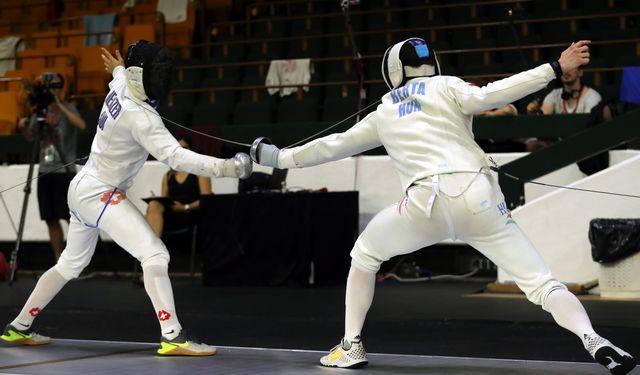 Max Heinzer à la lutte avec le Hongrois Daniel Berta lors des quarts de finale. [Koca Sulejmanovic - Keystone]