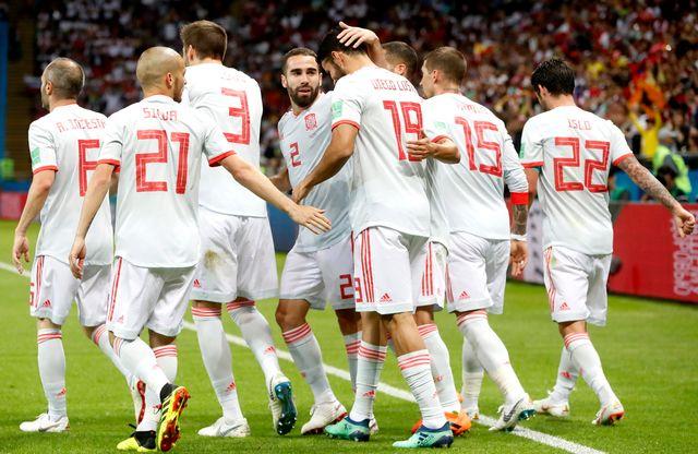 Les Espagnols autour de leur buteur et sauveur de la soirée, Diego Costa. [Diego Azubel - Keystone]