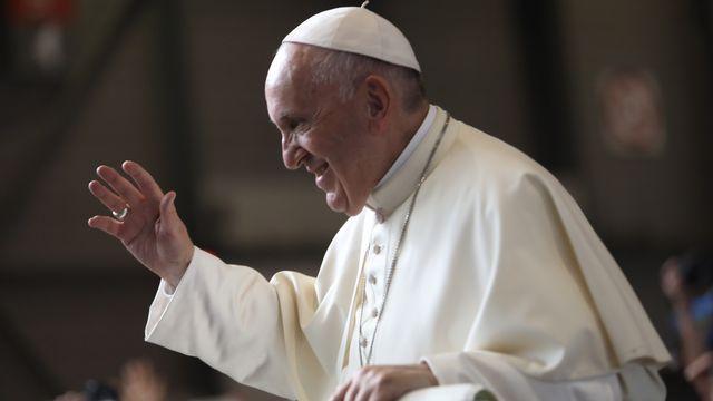 Le pape salue les fidèles à son arrivée pour la messe à Palexo. [Philippe Christin - RTS]