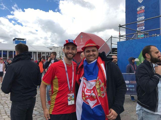 Les fans serbes, dont ces deux supporters qui viennent d'Yverdon, sont bien plus nombreux que ceux de la Suisse. [RTS]
