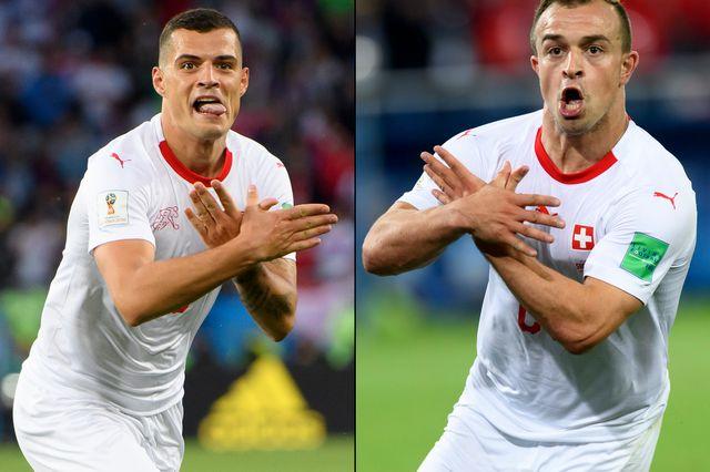 Granit Xhaka et Xherdan Shaqiri célèbrent leur but en mimant avec leurs mains l'aigle à deux têtes, emblème de l'Albanie. [Laurent Gilliéron - Keystone]