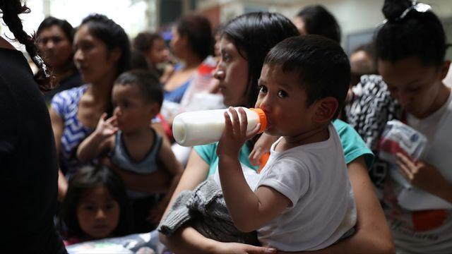 Des familles de migrants sortent de détention à McAllen, au Texas.  [Loren Elliott - Reuters]