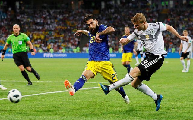 Le défenseur Jimmy Durmaz (en bleu) en action lors du match contre l'Allemagne. [Ronald Wittek - Keystone]