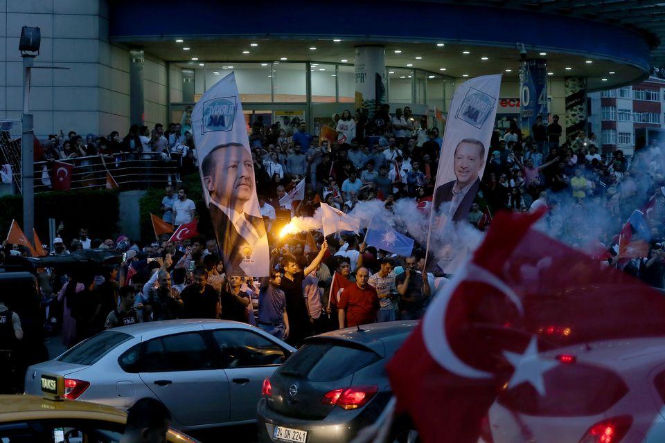 Des partisans du président Erdogan célèbrent les résultats donnant leur candidat gagnant aux élections de dimanche. [Isa Terli - Anadolu Agency]