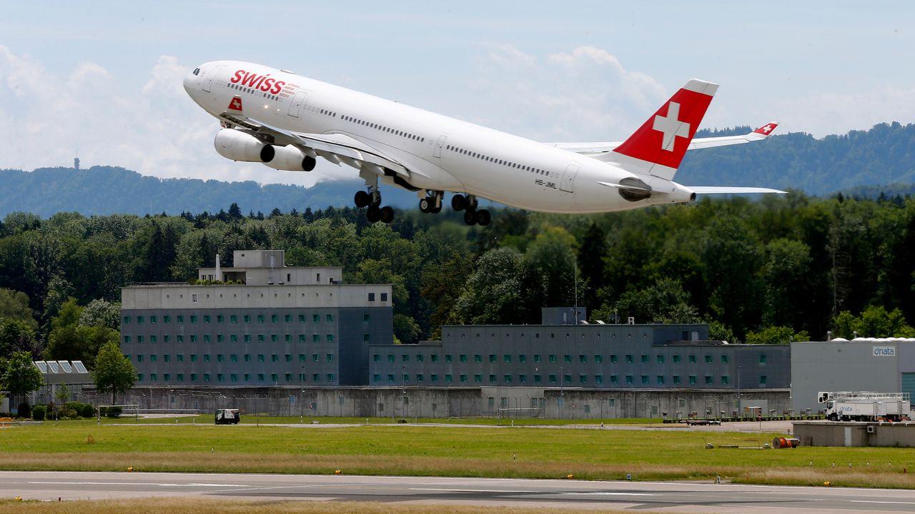 Myclimate propose notamment de compenser les voyages aériens (image d'illustration). [Arnd Wiegmann - Reuters]