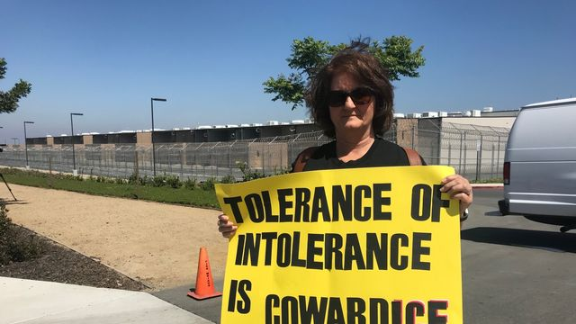 A San Diego, des manifestants réclament la fin de la politique de tolérance zéro sur l'immigration de Donald Trump. [Raphaël Grand - RTS]