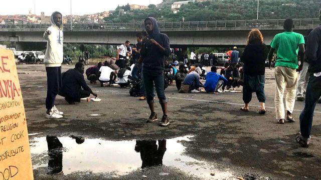 À Vintimille, des centaines de migrants sont bloqués à quelques kilomètres de la France.  [Zoé Decker - RTS]