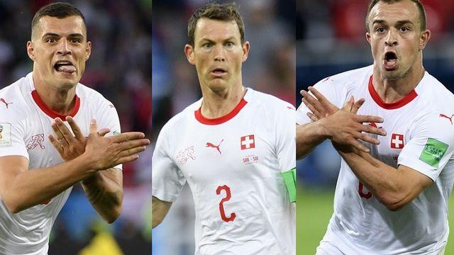 Les trois joueurs ont mimé l'aigle lors de la victoire face à la Serbie. [Laurent Gillieron - Keystone]