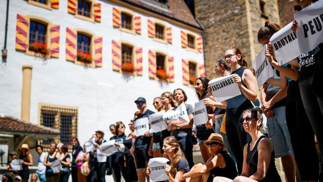 Les militants antispécistes dans la cour du Château de Neuchâtel. [Valentin Flauraud - Keystone]