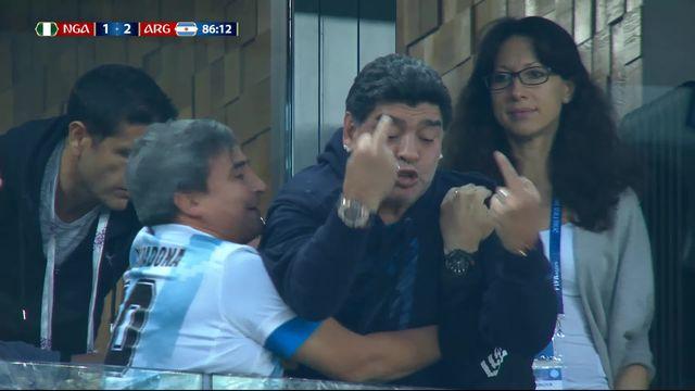 """Maradona """"fête"""" un but à sa façon [RTS]"""