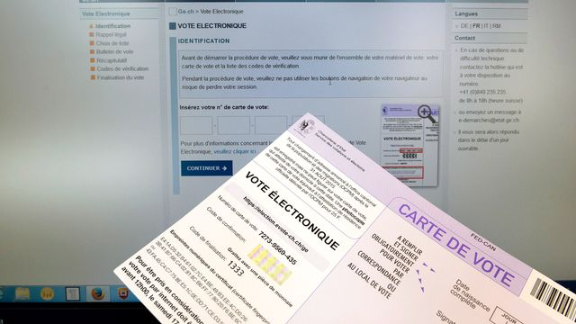 Du matériel de vote électronique du canton de Genève, en 2015. [Martial Trezzini - Keystone]