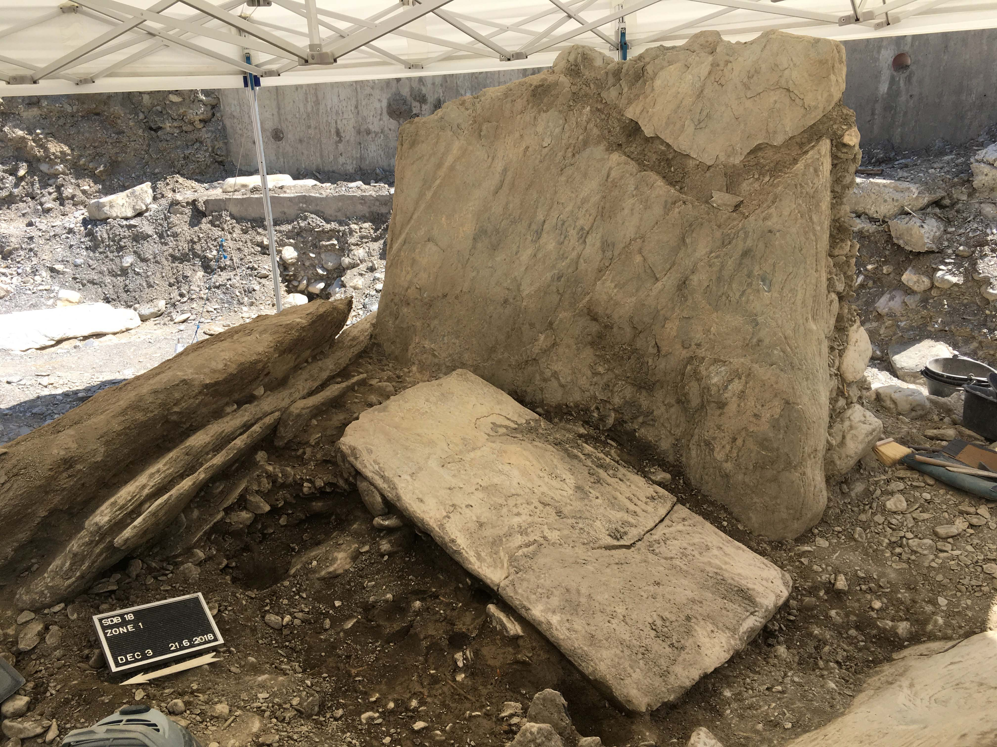 Le dolmen de Don Bosco en cours de dégagement à Sion (VS).