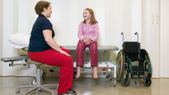 Un enfant handicapé avec sa mère dans un hôpital. [Bjarte Rettedal / Image Source - AFP]