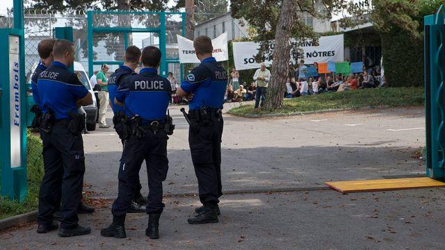 Manifestation devant le centre de détention administratif de Frambois (GE) en 2012. [Salvatore Di Nolfi - Keystone]