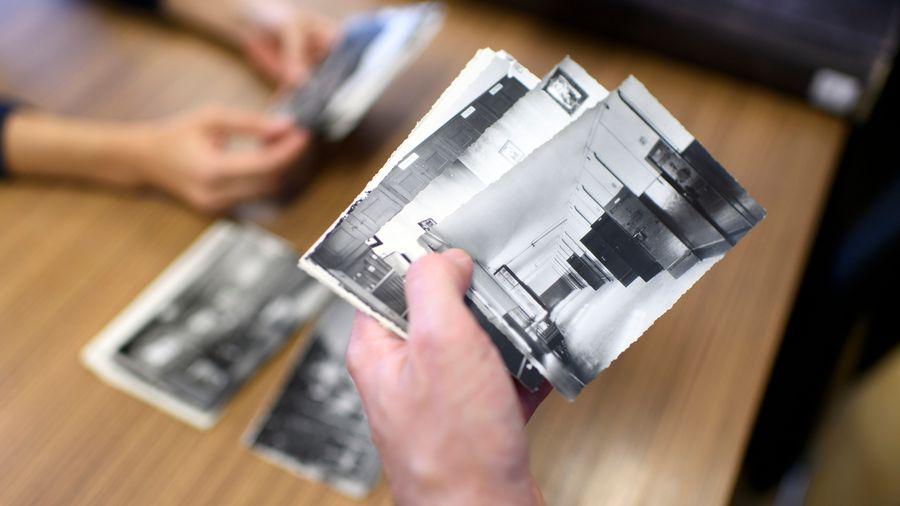 Des photos d'archives sont consultées à Fribourg par des chercheurs travaillant sur les internements administratifs.