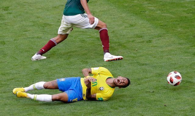 Neymar au sol après un contact avec le Mexicain Edson Alvarez. [AP Photo/Sergei Grits - Keystone]