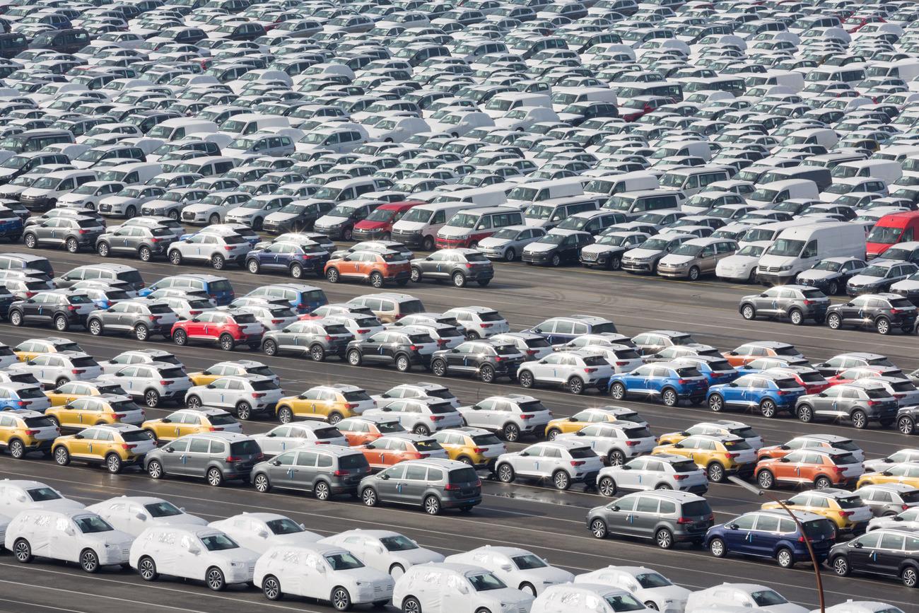 Un parc de voitures VW neuves.