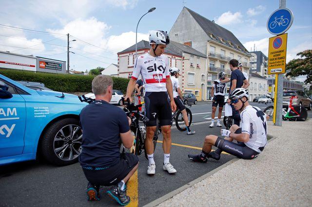 Christopher Froome (à droite) a peaufiné les derniers détails avec son équipe de la Sky. [Stéphane Mahe - Reuters]