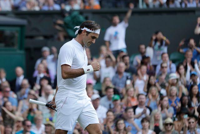 Federer le poing serré après le gain du 2e set face à Struff. [Ben Curtis - Keystone]