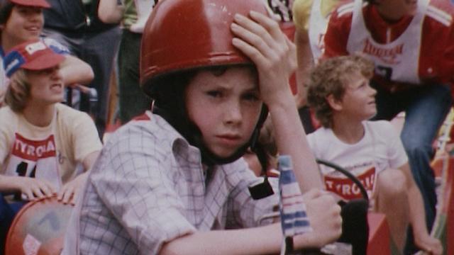Avant le départ de la course de caisses à savon de la Fête de la Cité 1978. [RTS]