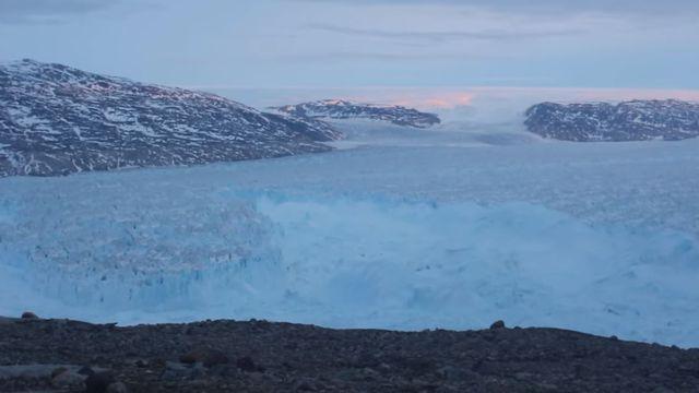 Les images tournées par l'équipe de l'Université de New York au glacier d'Helheim, au Groenland en juin 2018. [New York University]