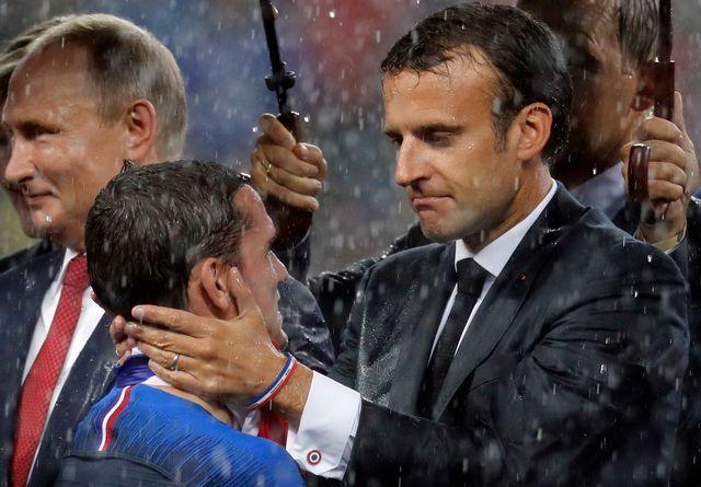 Emmanuel Macron félicite Antoine Griezmann après la victoire à Moscou. [Felipe Trueba - EPA/Keystone]