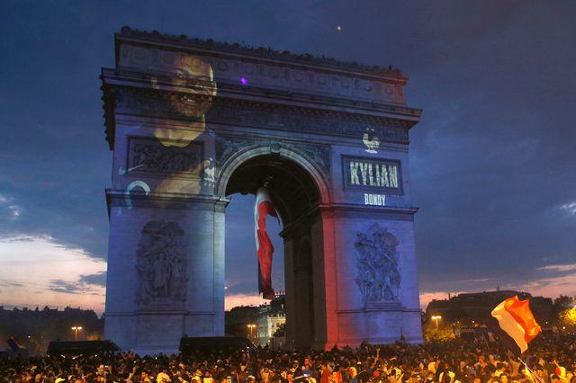 Les Champs-Elysées ont été envahis par la foule à l'issue de la victoire de la France. [Thibault Camus - Keystone]