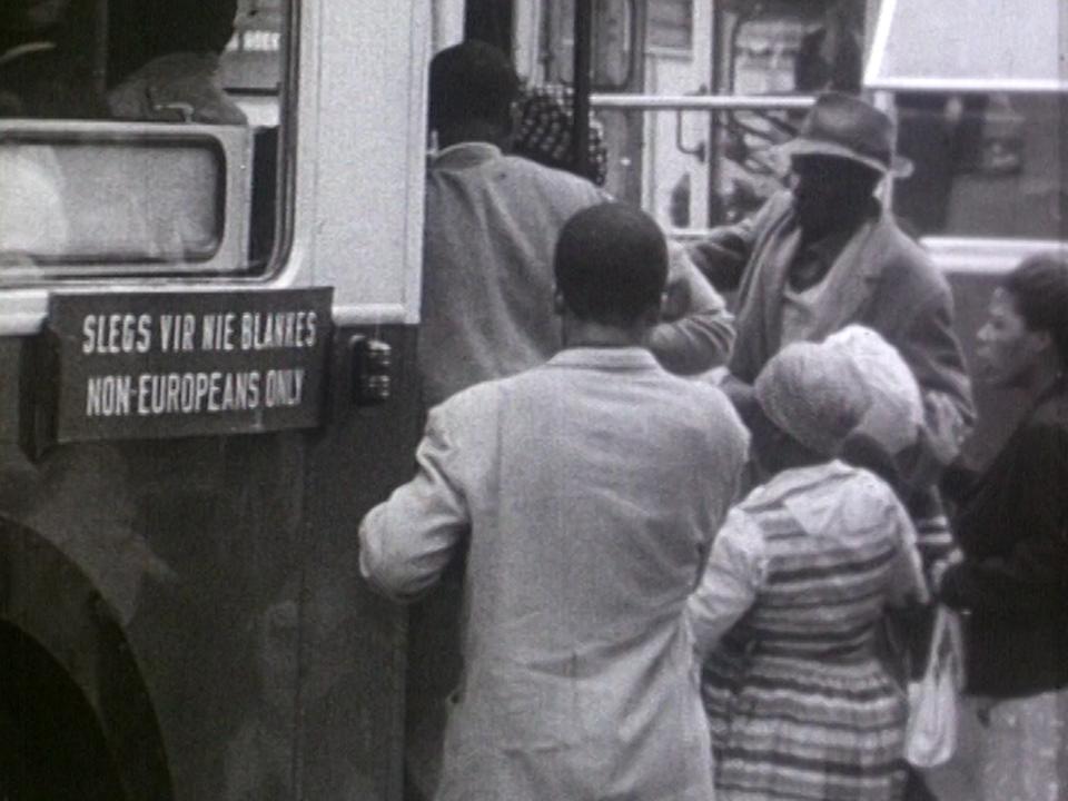 L'apartheid divise l'Afrique du Sud entre Blancs et Noirs. [RTS]
