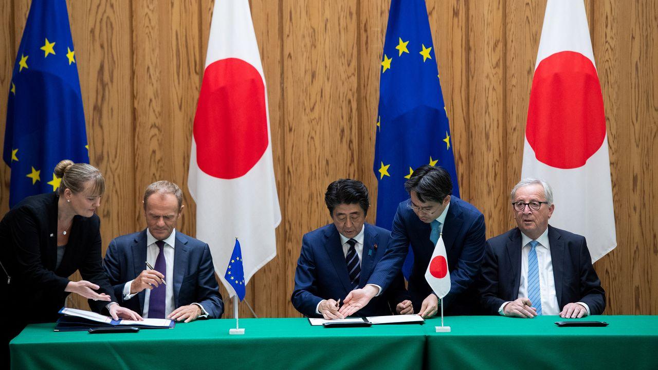 Signature du traité de libre échange à Tokyo, avec (de gauche à droite), Donald Tusk, Shinzo Abe et Jean-Claude Juncker. [Martin Poolvia - reuters]