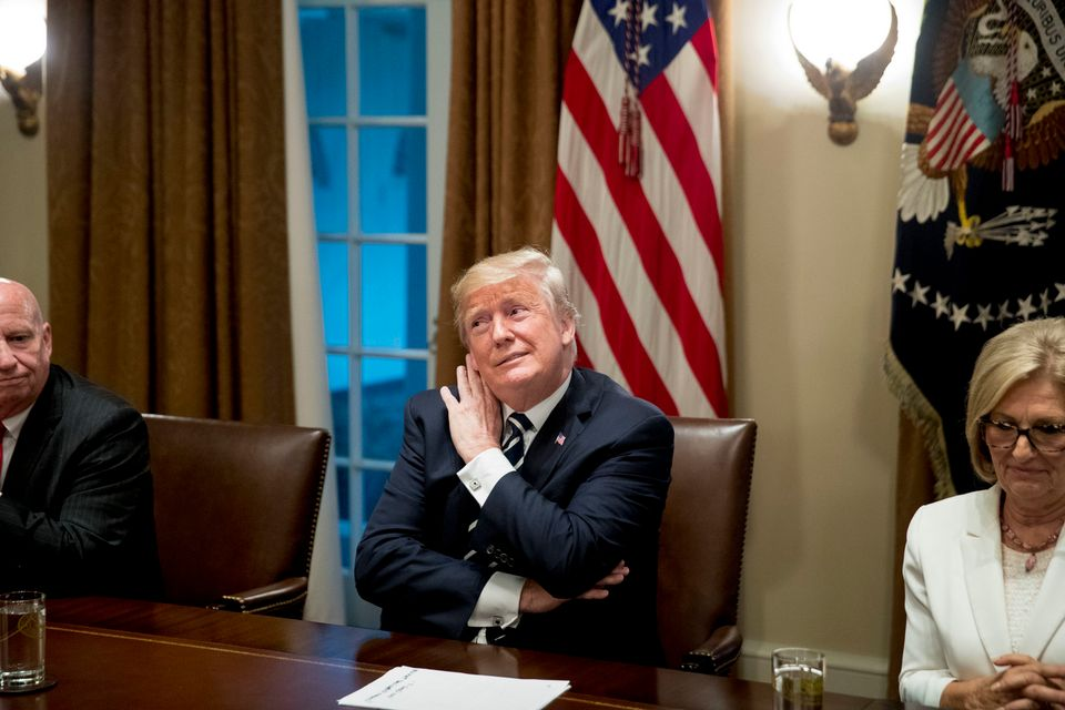 Donald Trump a lu un texte expliquant sa position après son sommet avec Vladimir Poutine. [Keystone]