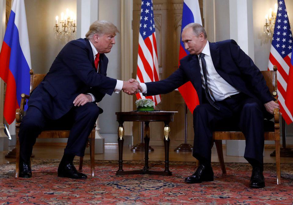 Donald Trump et Vladimir Poutine lors de leur rencontre controversée à Helskinki. [Kevin Lamarque - Reuters]