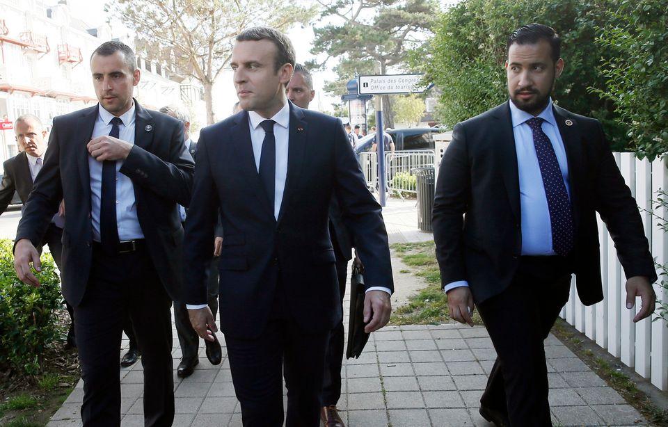 Alexandre Benalla, à droite, apparaît souvent aux côtés d'Emmanuel Macron sur des photographies, comme ici en juin 2017. [ETIENNE LAURENT - EPA/Keystone]