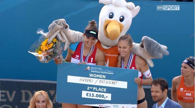 Tanja Hüberli et Nina Betschart encaissent un chèque de 15'000 euros. [RTS]