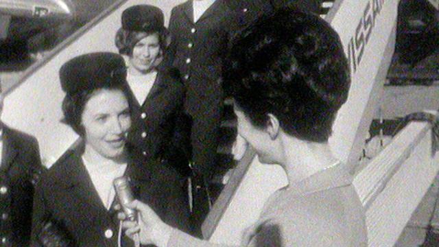 Que pensent les hôtesses Swissair de leur nouvel uniforme? [RTS]