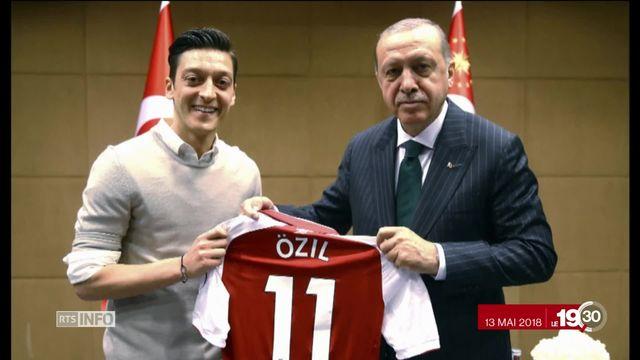 La star de la Mannschaft Mesut Özil quitte l'équipe nationale. La question de l'origine des joueurs crée la polémique [RTS]