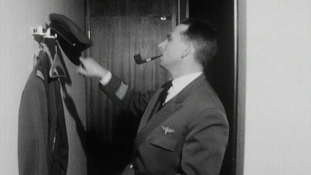 Pilote Swissair dans le nouveau foyer réservé au personnel, 1964. [RTS]