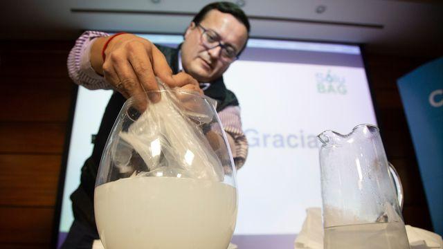 Selon ses inventeurs, le coût de ce produit et son mode de fabrication est similaire à celui des sacs en plastique actuels. [Claudio Reyes - AFP]