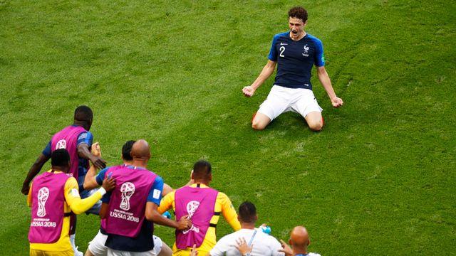 Benjamin Pavard fête son magnifique but contre l'Argentine devant ses coéquipiers. [Robert Ghement - Keystone]