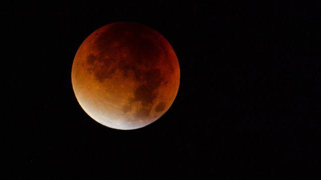 Il sera possible d'assister vendredi à la plus longue éclipse de Lune du 21e siècle. [Kerstin Joensson - AP/Keystone]