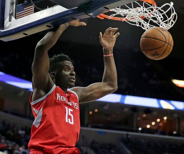 Clint Capela, sous ses couleurs de Houston, en plein dunk. [Rogelio Solis - Keystone]