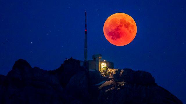 L'éclipse de Lune au-dessus du Säntis, en Appenzell Rhodes-Extérieures. [CHRISTIAN MERZ - keystone]