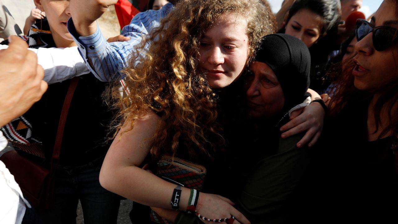 Ahed Tamimi a été accueillie par ses proches dans son village. [Mohamad Torokman - Reuters]