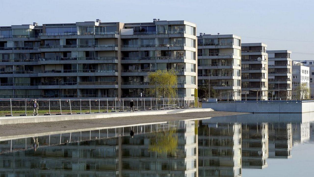 Les logements modernes et leurs grandes baies vitrées ont tendance à surchauffer. [Steffen Schmidt - Keystone]
