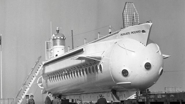 """Das von Jacques Piccard gebaute Unterseeboot """"Mesoscaphe"""" wird auf Schienen zur Landesaustellung Expo 64 in Lausanne transportiert, aufgenommen im Jahr 1964. (KEYSTONE/Str) [STR - KEYSTONE]"""