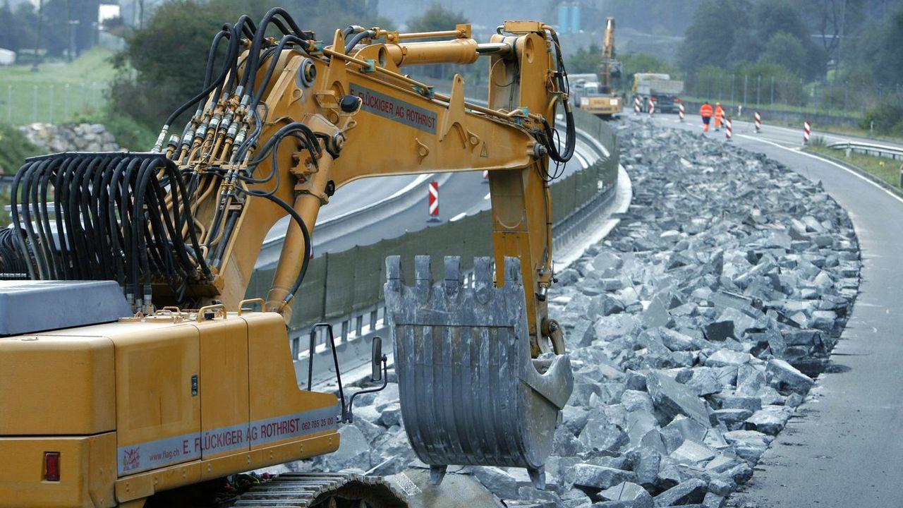 Chaque année, des millions de tonnes d'asphalte usagé sont retirées des routes suisses. [Urs Flüeler - Keystone]