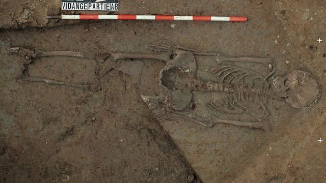 Squelette de femme découvert sur le site du Mormont en 2006. [Archeodunum - Keystone]